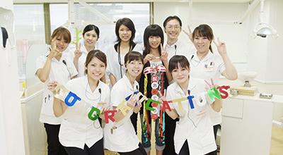歯科衛生士の平岡利恵と患者様が談笑している写真
